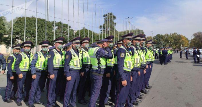 Сотрудники правоохранительных органов на площади Ала-Тоо в Бишкеке, перед развод-инструктажем Бишкекского гарнизона с участием всех силовых структур