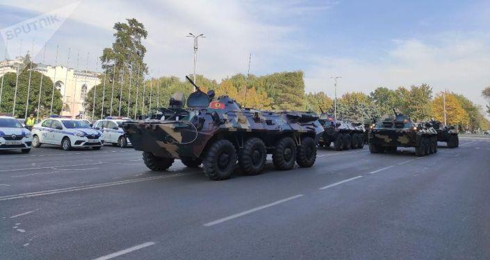 Военная техника на площади Ала-Тоо в Бишкеке, перед развод-инструктажем Бишкекского гарнизона с участием всех силовых структур