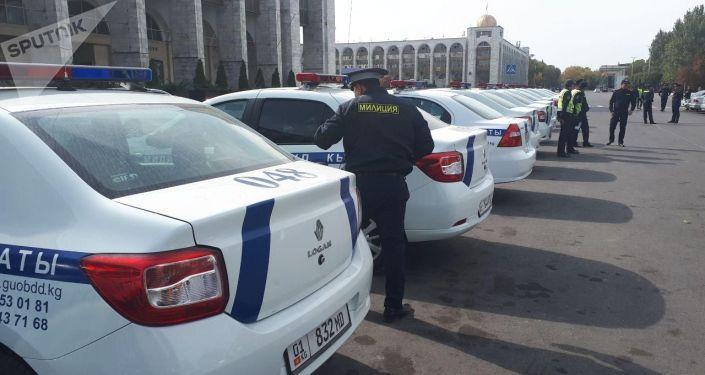 Сотрудники патрульной службы во время развода-инструктажа Бишкекского гарнизона с участием всех силовых структур в Бишкеке