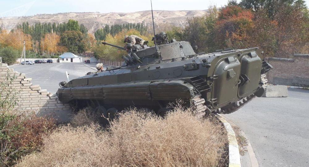 Боевая машина пехоты, которая протаранила забор госрезиденции Ала-Арча