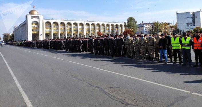 Дружинники и военные КР на площади Ала-Тоо после беспорядков. 10 октября 2020 года