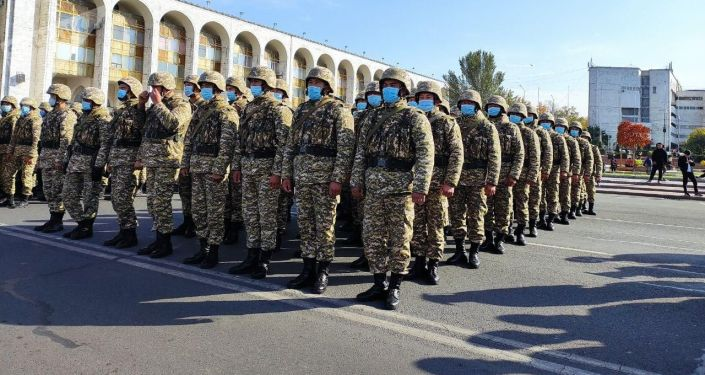 Военные КР на площади Ала-Тоо после беспорядков. 10 октября 2020 года