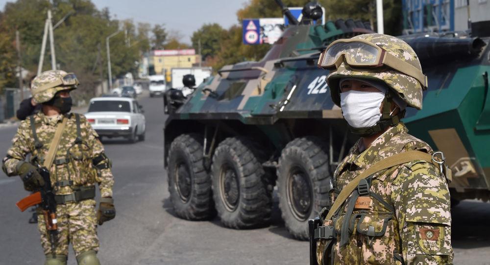 Военнослужащие на блокпосту, на окраине Бишкека, на фоне беспорядков, вызванных результатами парламентских выборов