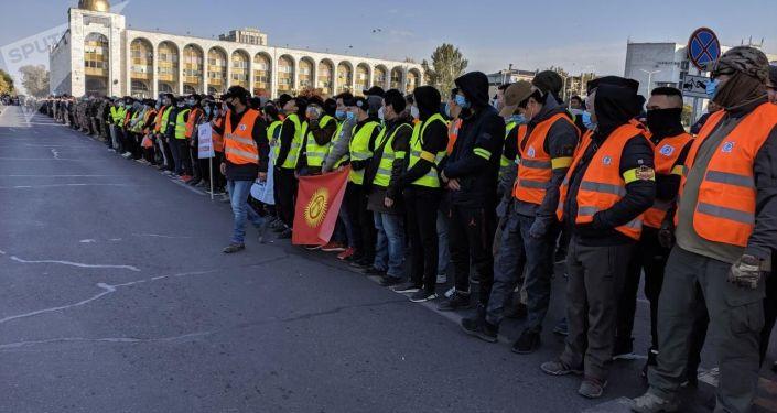 Дружинники на площади Ала-Тоо после беспорядков. 10 октября 2020 года