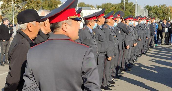 Сотрудники милиции на площади Ала-Тоо после беспорядков. 10 октября 2020 года