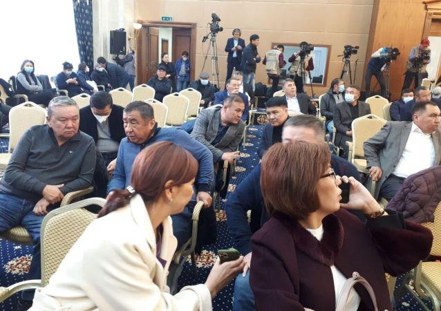 Депутаты ЖК в госрезиденции Ала-Арча, перед началом заседания где будет рассматриваться кандидатура на премьер-министра Кыргызстана