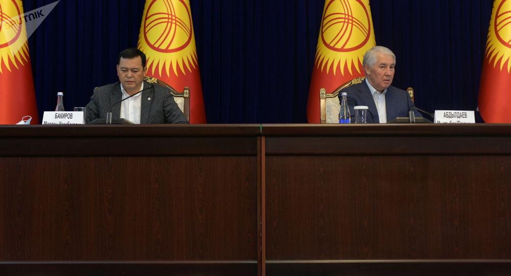 Спикер Жогорку Кенаша Мыктыбек Абдылдаев и вице-спикер Мирлан Бакиров в госрезиденции Ала-Арча, перед началом заседания где будет рассматриваться кандидатура на премьер-министра Кыргызстана