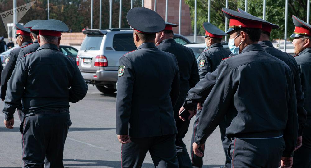 Сотрудники милиции на площади Ала-Тоо в Бишкеке