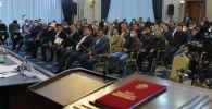 Сегодня в госрезиденции Ала-Арча проходит внеочередное заседание Жогорку Кенеша. Депутаты рассматривают указ президента о введении в Бишкеке режима чрезвычайного положения и кандидатуру на пост премьер-министра.