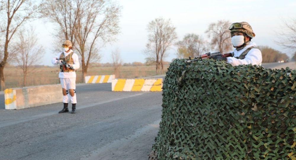 Военнослужащие стоят на блокпосту на окраине Бишкеке, во время действия режима чрезвычайного положения