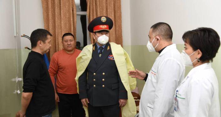 Первый заместитель министра внутренних дел КР Суйун Омурзаков прибыл в ведомственный госпиталь, где встретился с сотрудниками, раненными в ходе беспорядков