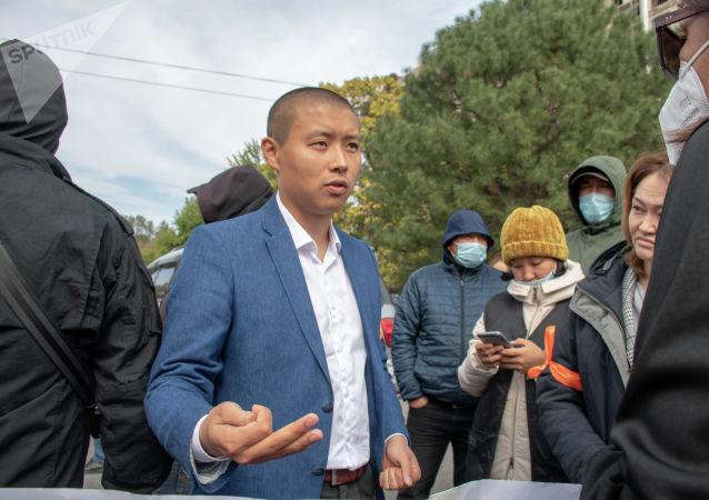 Член партии Ата Мекен Тилек Токтогазиев на митинге сторонников в Бишкеке, после беспорядков вызванных результатами парламентских выборов