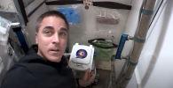 Астронавт NASA и бывший морской котик Крис Кэссиди снял обучающее видео, как пользоваться туалетом на борту Международной космической станции (МКС).