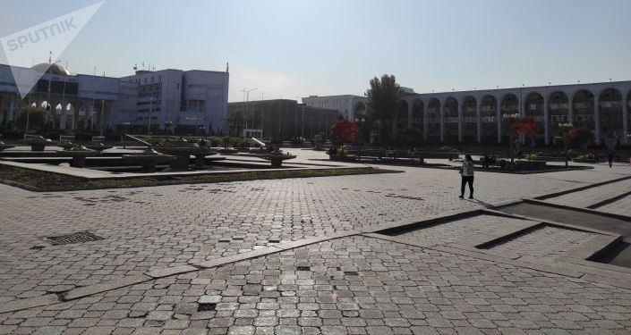 Площадь Ала-Тоо в Бишкеке после прошедших накануне беспорядков