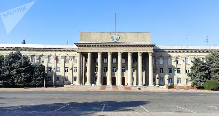 Дом правительства в Бишкеке после прошедших накануне беспорядков
