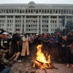 Столкновения милиционеров с митингующими на улицах Бишкека закончились около 3:00