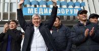Бывший президент КР Алмазбек Атамбаев, бывший премьер-министр Сапар Исаков и политик Омурбек Бабанов машет своим сторонникам около здания Форум в Бишкеке. Архивное фото