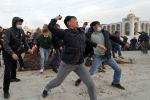 Сторонники Садыра Жапарова, который назвал себя премьер-министром, бросают куски земли в сторону сторонников бывшего президента Кыргызстана Алмазбека Атамбаева и Бабанова, когда они принимают участие в митинге в Бишкеке. 9 октября 2020 года