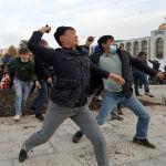 Позже сторонники Жапарова пришли к митингующим на Ала-Тоо. Произошли столкновения, слышалась стрельба.