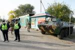Бишкектин киреберишинде турган милиция жана аскер кызматкерлери. Архивдик сүрөт