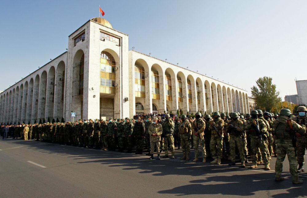 Развод вооруженных сил Кыргызстана на площади Ала-Тоо