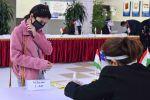 Девушка участвует в выборах президента Таджикистана на избирательном участке №15. Архивное фото