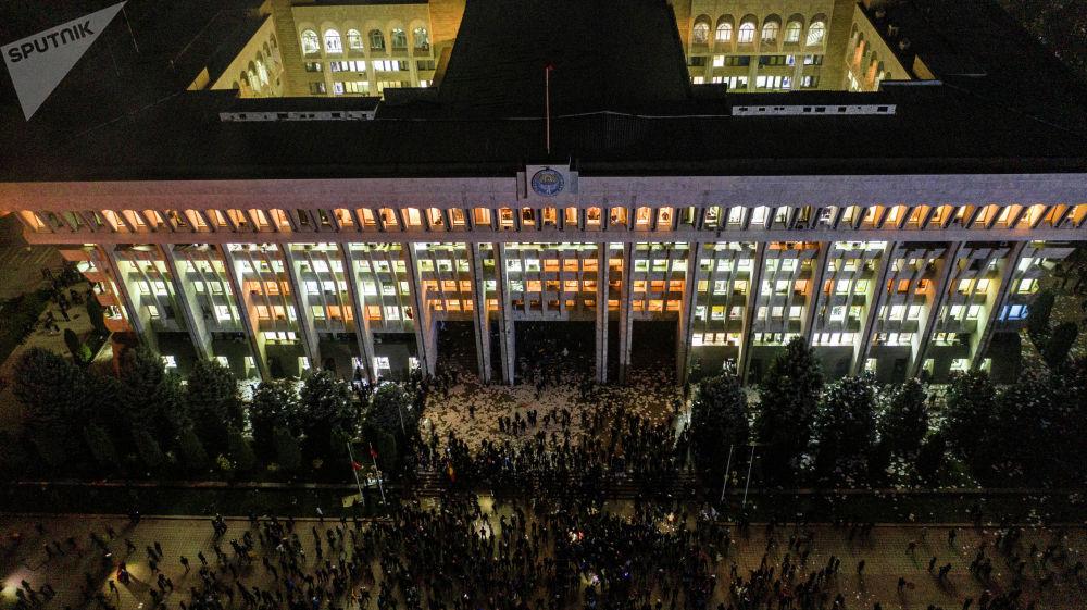 Ночью митингующие заняли Белый дом, потом некоторые следили за тем, чтобы не было мародерства
