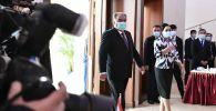 Действующий глава государства Эмомали Рахмон заходит на избирательном участке для принятия участия в голосовании на выборах президента Таджикистана