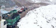 Грузовые машины на временной дороге, построенной после обвала на Кара-Кече