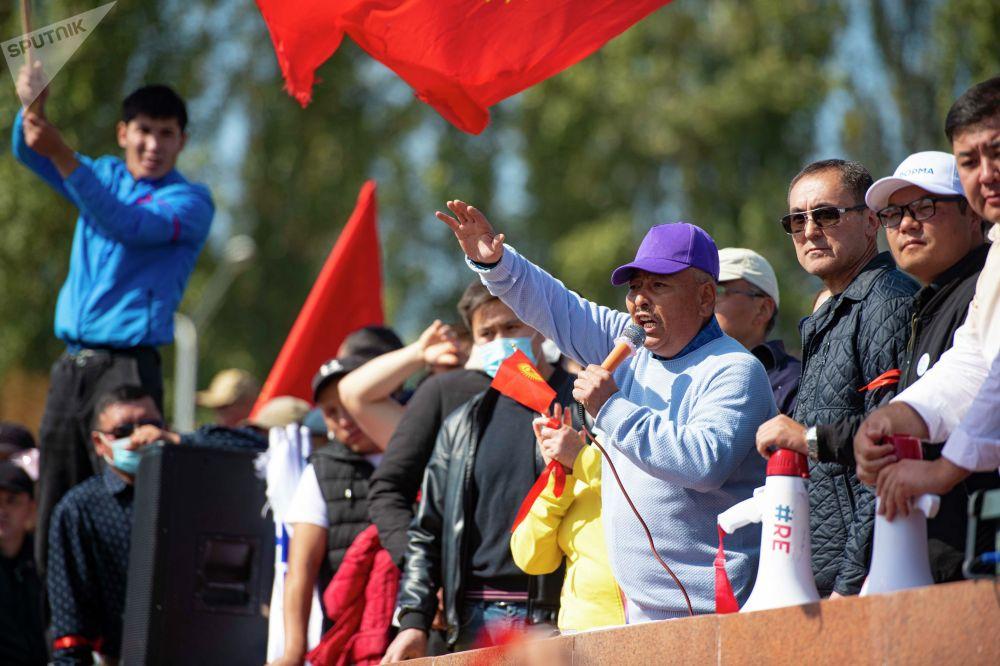 Член партии Чон казат Курмангазы Азыкбаев выступает на митинге граждан и представителей партий, которые недовольны результатами выборов в Жогорку Кенеш на площади Ала-Тоо в Бишкеке