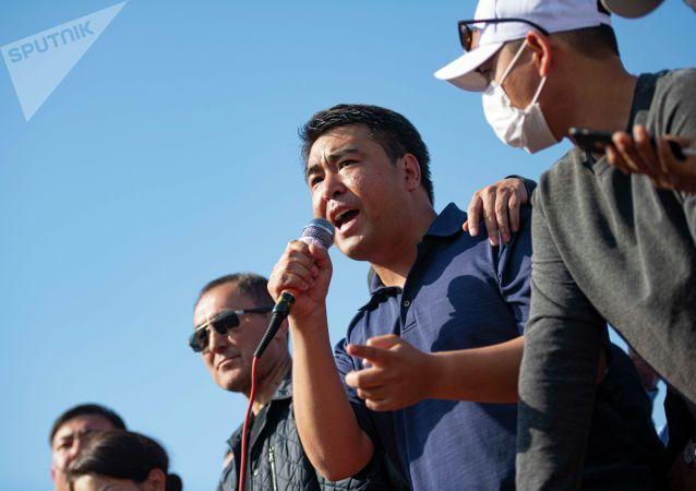 Член партии Ата Мекен Жанар Акаев выступает на митинге граждан и представителей партий, которые недовольны результатами выборов в Жогорку Кенеш на площади Ала-Тоо в Бишкеке