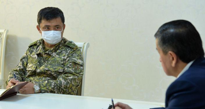 Начальник Генерального штаба ВС КР Таалайбек Омуралиев во время встречи с президентом Кыргызстана Сооронбаем Жээнбековым