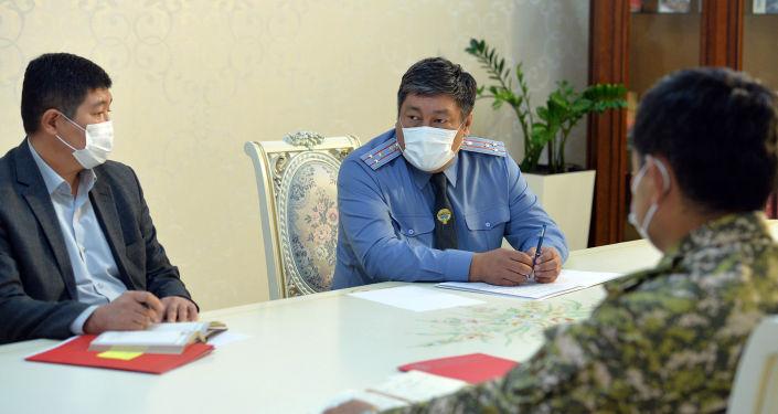 Заместитель министра внутренних дел, комендант Бишкека Алмазбек Орозалиев во время встречи с президентом Кыргызстана Сооронбаем Жээнбековым