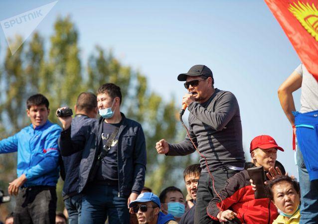 Член партии Чон казат Сыймык Жапыкеев выступает на митинге граждан и представителей партий, которые недовольны результатами выборов в Жогорку Кенеш на площади Ала-Тоо в Бишкеке