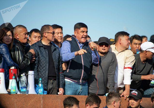 Член партии Бутун Кыргызстан Курсан Асанов выступает на митинге граждан и представителей партий, которые недовольны результатами выборов в Жогорку Кенеш на площади Ала-Тоо в Бишкеке