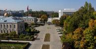Вид на здание Дома дружбы и Дубового парка в Бишкеке. Архивное фото