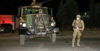 Члены вооруженных сил Кыргызстана охраняют во время комендантского часа