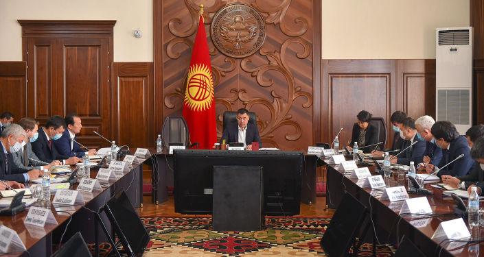Премьер-министр КР Садыр Жапаров во время рабочего совещания с руководителями структурных подразделений Аппарата Правительства