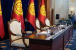 Места для спикера и вице-спикеров ЖК в госрезиденции Ала-Арча, перед началом заседания где будет рассматриваться кандидатура на премьер-министра Кыргызстана