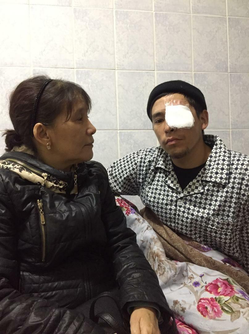 Потерявший во время митингов глаз Нурлан уулу Уларбек вместе с матерью в №4 городской больнице в Бишкеке