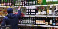 Мужчина выбирает алкогольный в супермаркете. Архивное фото