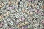 Банкноты доллара США видны на этой фотографии. 12 февраля 2018 года