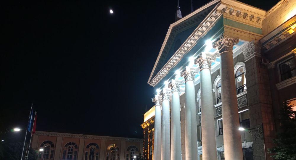 Народные дружинники дежурят у здания мэрии города Бишкек. Архивное фото