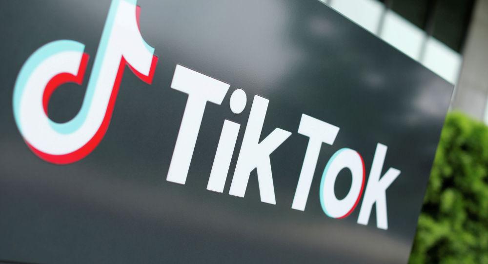 Логотип TikTok возле головного офиса компании в Калифорнии