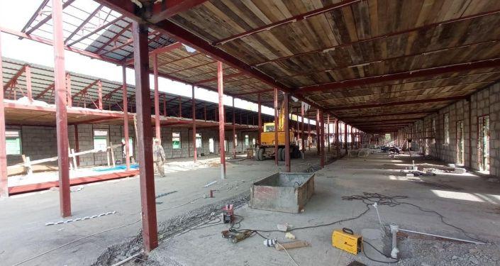 Во дворе Нарынской областной больницы идет строительство нового инфекционного отделения.