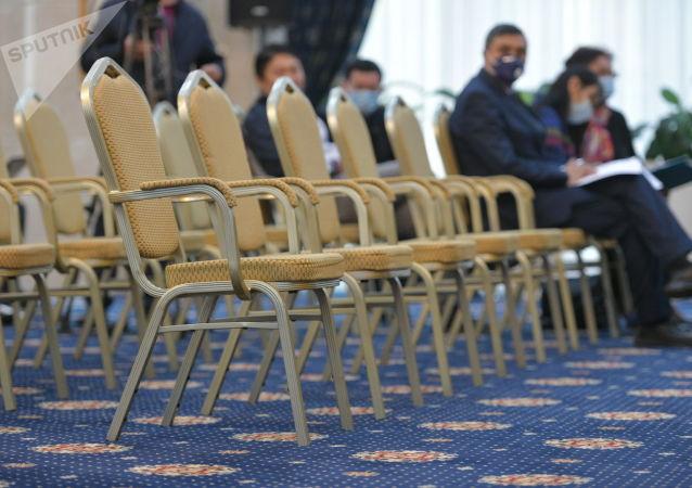 Кресло для депутатов в госрезиденции для внеочередное заседания Жогорку Кенеша. 13 октября 2020 года