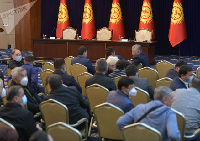 Депутаты в госрезиденции в ожидании начала внеочередного заседания Жогорку Кенеша. 13 октября 2020 года