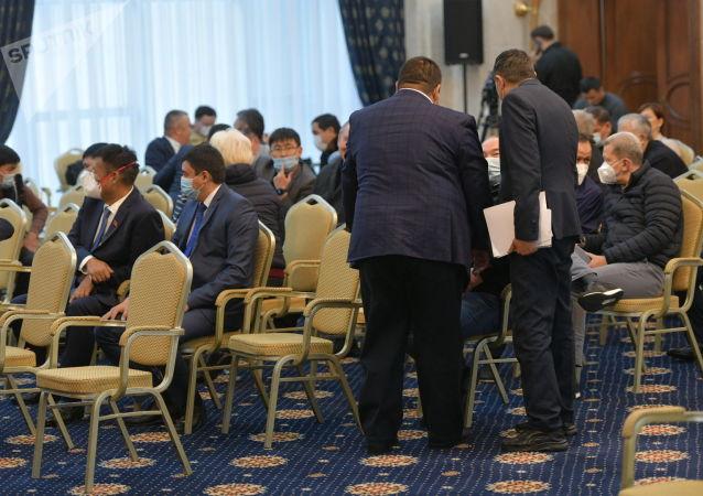 Депутаты в государственной резиденции в ожидании начала внеочередного заседания Жогорку Кенеша. 13 октября 2020 года