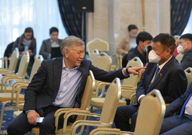 Депутат ЖК от фракции СДПК Иса Омуркулов в государственной резиденции в ожидании начала внеочередного заседания Жогорку Кенеша. 13 октября 2020 года