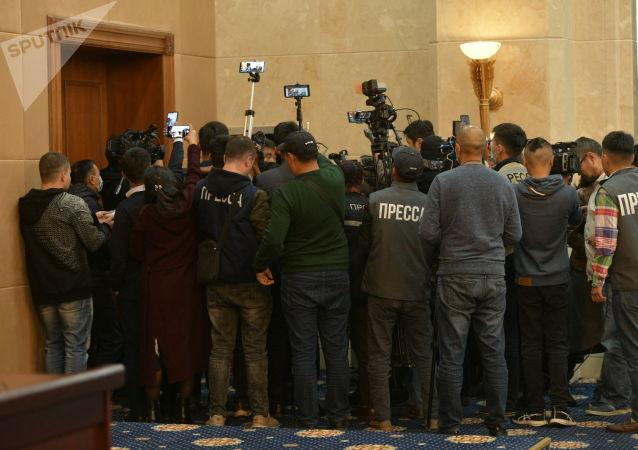 Пресса в госрезиденции в ожидании начала внеочередного заседания Жогорку Кенеша. 13 октября 2020 года